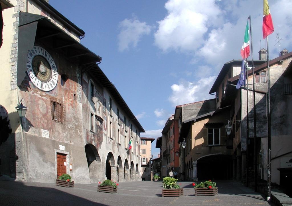 Clusone_piazza_Orologio.