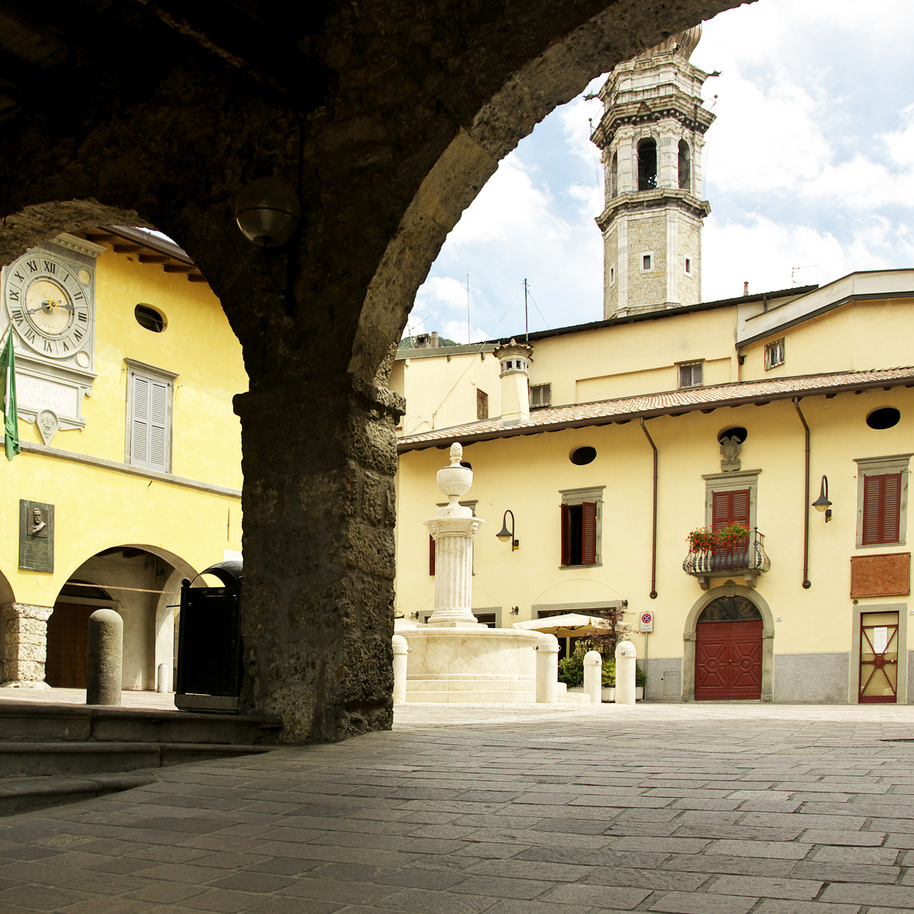 2017 08 27 Gandino Piazza Porticato